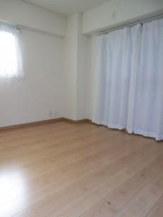 ダイニングキッチン隣の洋室
