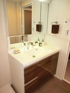 鏡裏がキャビネットとなる洗面化粧台
