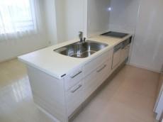 食器棚が設置されたキッチン