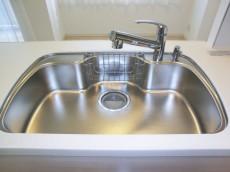 シンクの水栓は浄水器内蔵タイプ