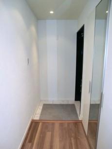 ヴィラグレイス西落合 大理石模様のタイルが高級感ある玄関