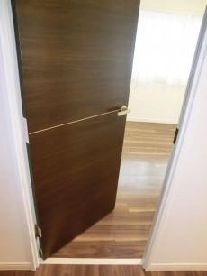 ヴィラグレイス西落合 お部屋のドアにもアクセントモチーフが入っています