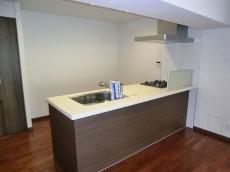 第23宮庭マンション 機能的でシックな印象のキッチン