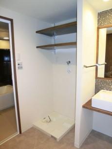 第23宮庭マンション 洗濯機置き場の上部には棚