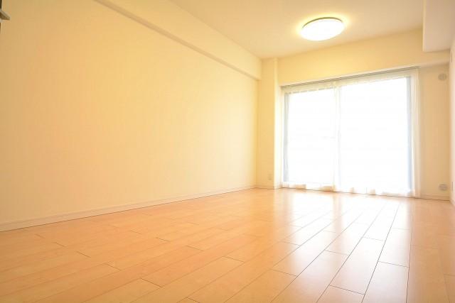 収納豊富な約9.5畳の洋室