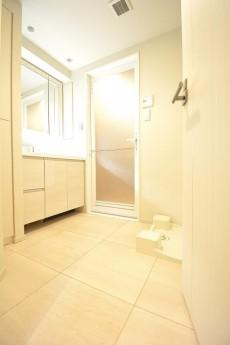 白基調の明るい洗面室