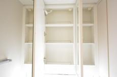 3面鏡裏の収納