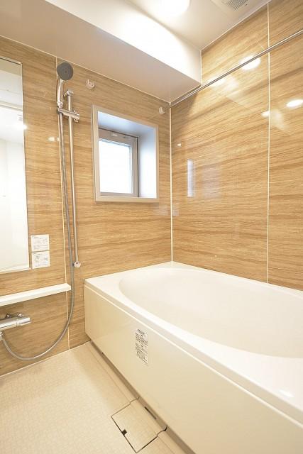 ミストサウナと浴室換気乾燥機付きのバスルーム