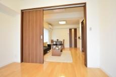 田町スカイハイツ 洋室の扉をあけたところ。708