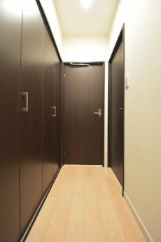 廊下は大型の物入れがあります。
