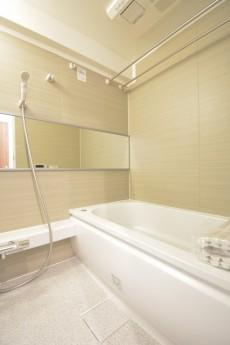 追い焚きと浴室換気乾燥機能付きのバスルーム