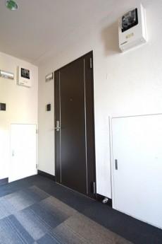 玄関前は絨毯敷きの内廊下