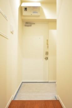 高輪中台マンション 白基調の明るい玄関ホール