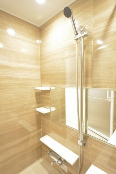 高輪中台マンション 追い焚きと浴室乾燥暖房機付きのバスルーム