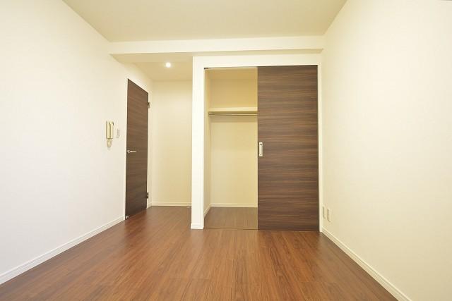 約7.1畳の洋室には収納力バグツンのWICあり!