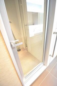 バスルームの扉は透明ガラス。
