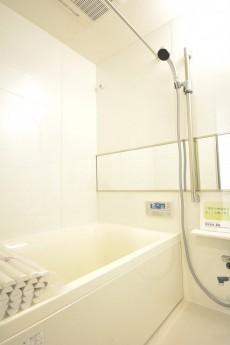追い焚きと浴室乾燥機能付きのバスルーム