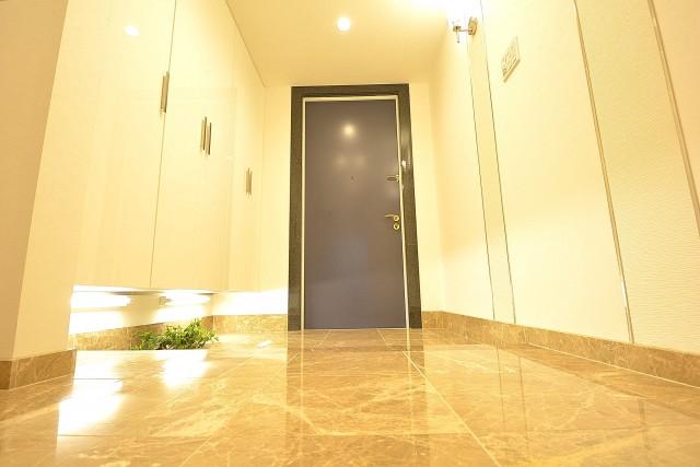 高級感のある大理石フロアの玄関ホール