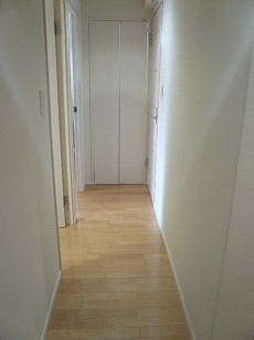 弦巻リハイム 白基調なクロスの廊下205