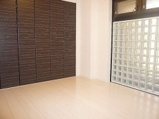ガラスブロックのある洋室 5.2帖