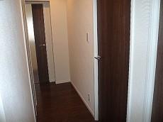 中銀築地マンシオン 玄関からL字の廊下です。