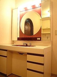 麻布網代マンション 丸いミラー 洗面化粧台
