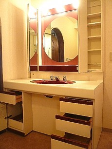 麻布網代マンション 丸いミラー 洗面化粧台収納