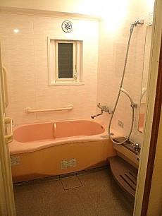 麻布網代マンション 窓のある浴室です。