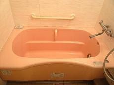 麻布網代マンション 窓のある浴室 ピンクの浴槽