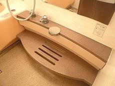 麻布網代マンション 窓のある浴室 カウンター部分