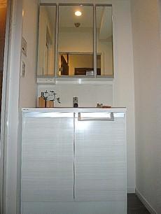 ヴェラハイツ日本橋箱崎 真っ白な洗面化粧台です。