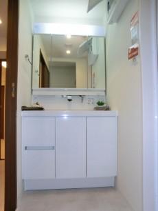 洗面化粧台も明るく清潔なイメージです
