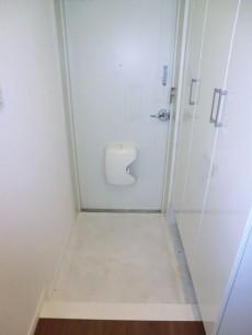 ホワイトで明るい印象の玄関