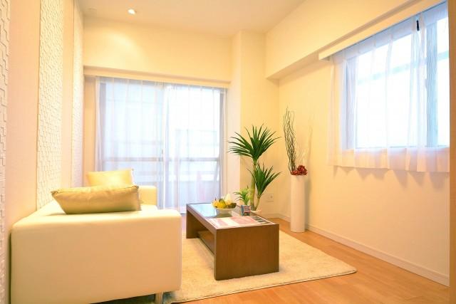 松濤ハウス 2面に窓のある約5.2畳の洋室