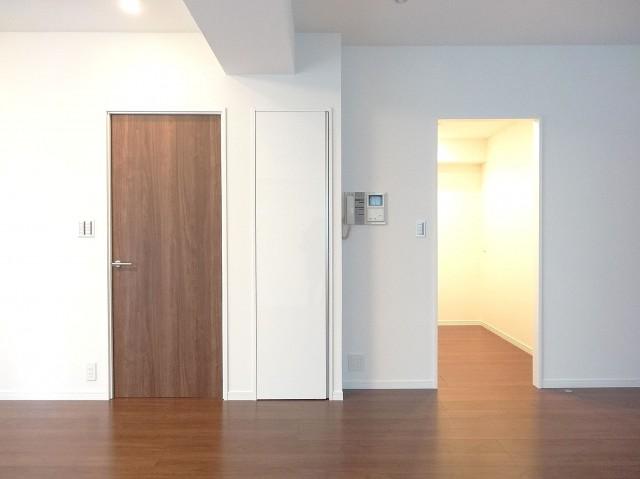 洋室の扉とキッチン出入口