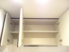 キッチン上部にも収納あります