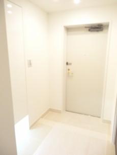 玄関ホールは明るい白の空間