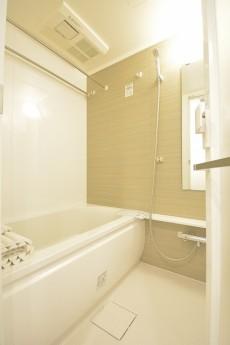 ストークマンション三田 追い焚きと浴室換気乾燥機能付きのバスルーム