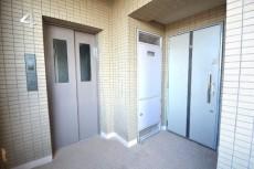 ジェイーク尾山台Ⅱ エレベーター&玄関前