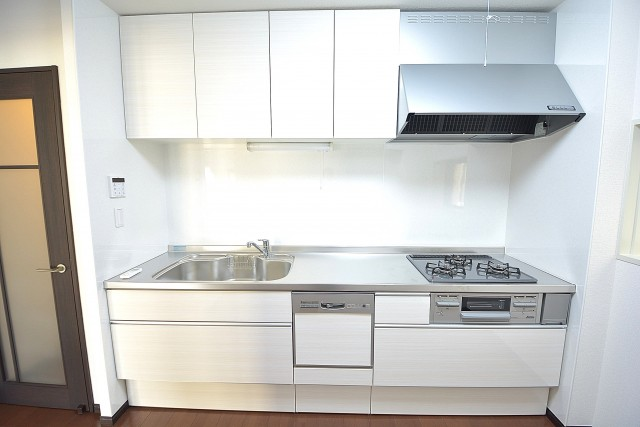 クレール麹町 食洗機付きの真っ白なシステムキッチン