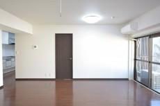 クレール麹町 リビング内にある洋室の扉