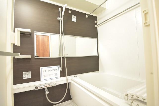 明石町アビタシオン 追い焚きと浴室換気乾燥機付きのバスルーム