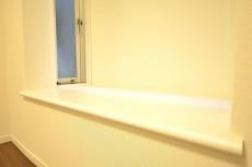 明石町アビタシオン 約4.7畳の洋室の窓際スペース