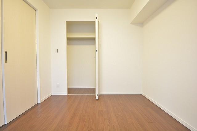 明石町アビタシオン 約5.4畳の洋室のクローゼット