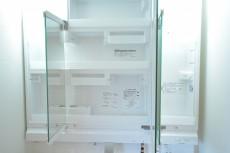 松濤ハウス 3面鏡の裏は一面収納です