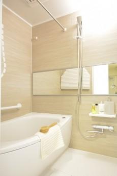 三田富洋ハイツ 追い焚きと浴室乾燥機能付きのバスルーム