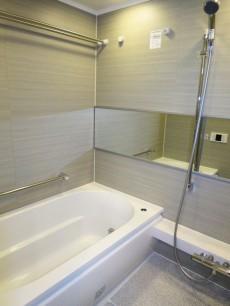 浴室換気乾燥機が設置されたバスルーム
