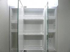 ホワイトな洗面化粧台 三面鏡裏収納