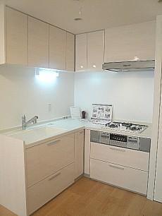 真っ白なL字キッチン。