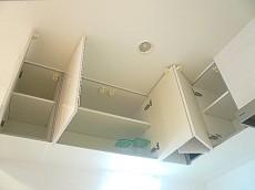 真っ白なL字キッチン 吊戸棚
